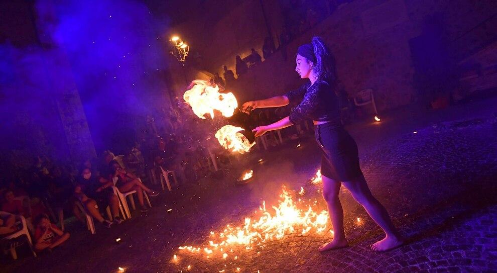 I giochi di fuoco di Piccola grande Aurora a piazza Bartoli durante l'ultima edizione di TolfArte (Foto GIOBBI)