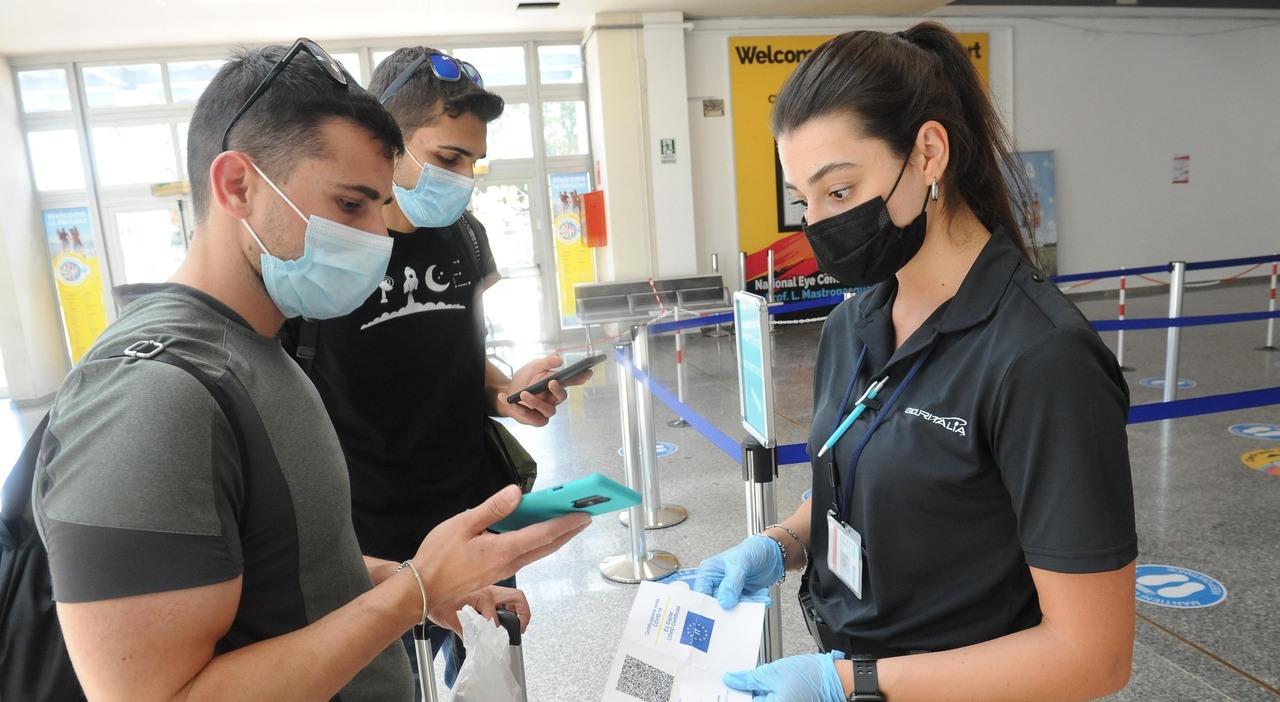 Virus e vacanze, rischi alti per i giovani e non vaccinati: tamponi in aeroporto