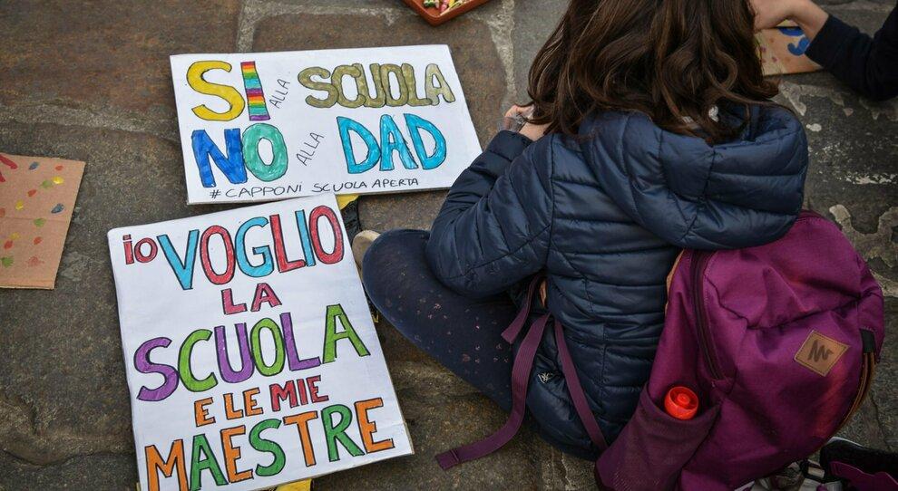 Scuole aperte ad aprile ma niente zone gialle. Salvini: «Votiamo contro». Ma Draghi lo gela