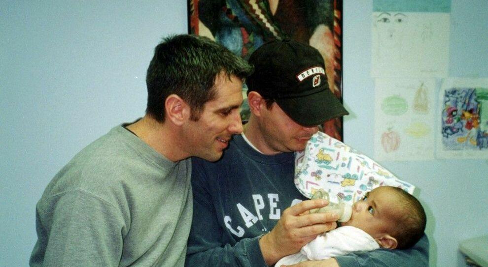 La storia di Danny e Pete: «Abbiamo trovato un neonato in metro, oggi è nostro figlio»