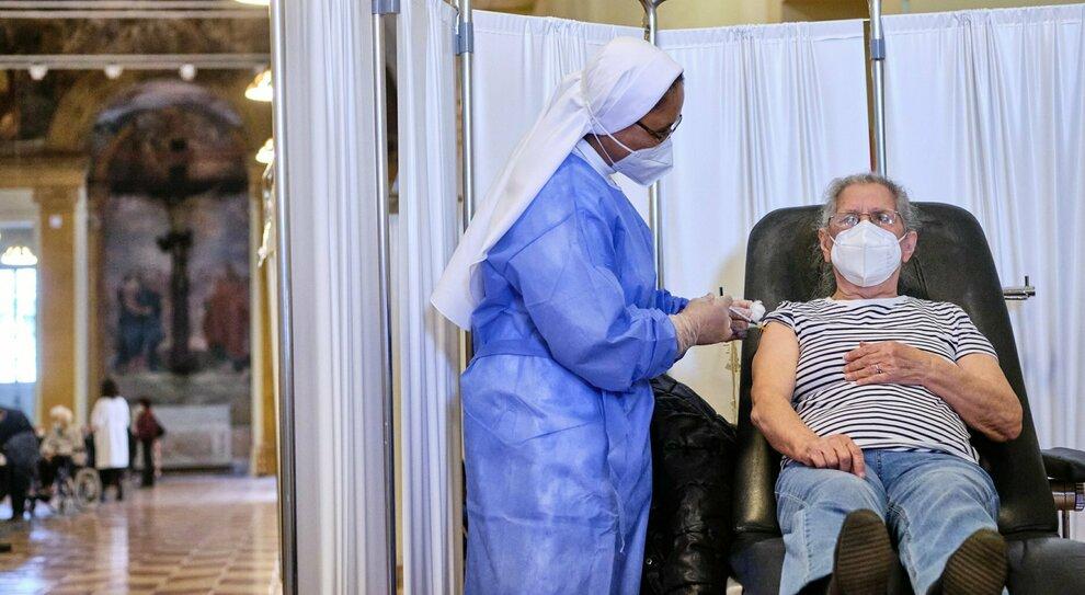 Vaccini Lazio, prenotazioni per i 56-57 anni a maggio: da lunedì (alle 24) under 60 affetti da patologie