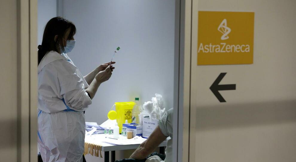 """AstraZeneca, cosa significa Vaxzevria? Nodo """"trombi"""", il nuovo bugiardino e i Paesi che lo bocciano"""