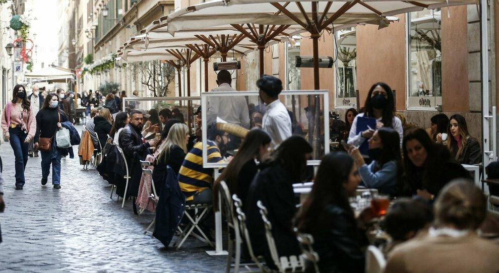 Lazio zona gialla, il Campidoglio: «Il governo apra i locali di sera»