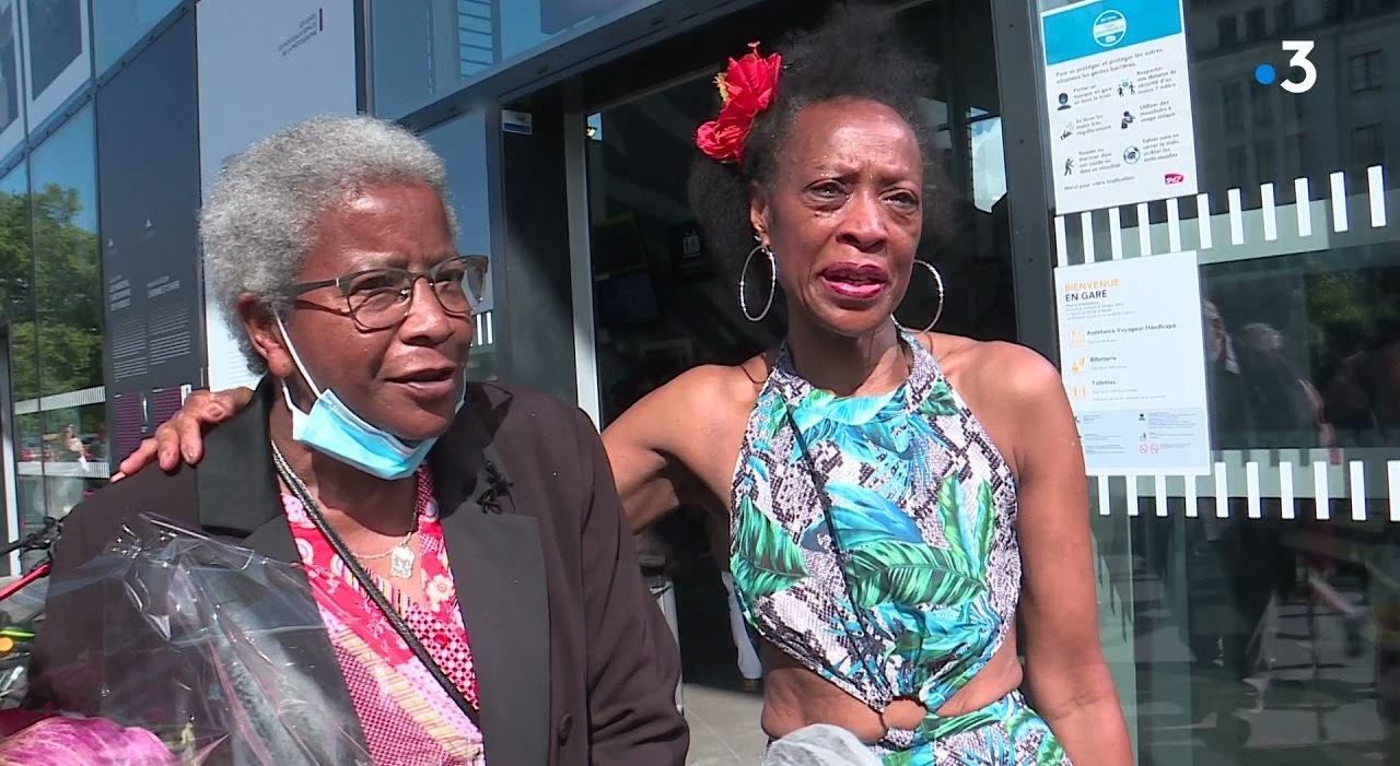 Sorelle separate da piccole si riabbracciano 55 anni dopo: il commovente bacio in stazione