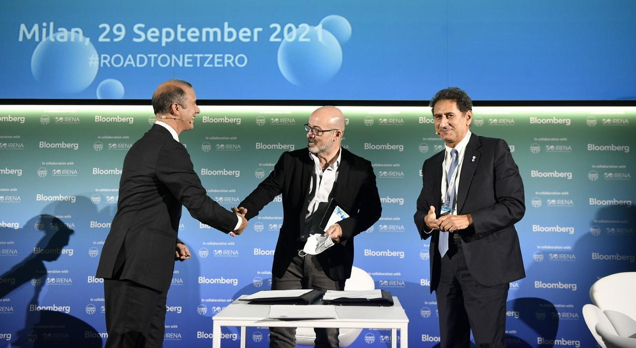 La firma dell accordo Snam-Irena tra Marco Alverà e Francesco La Camera alla presenza di Cingolani