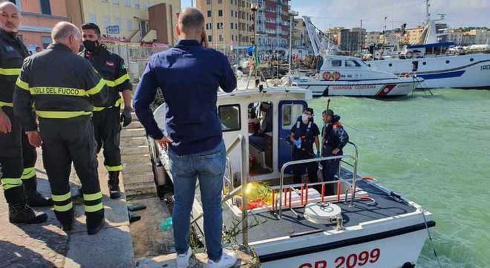 Anzio, peschereccio affonda davanti al porto: morto uno dei tre membri dell'equipaggio