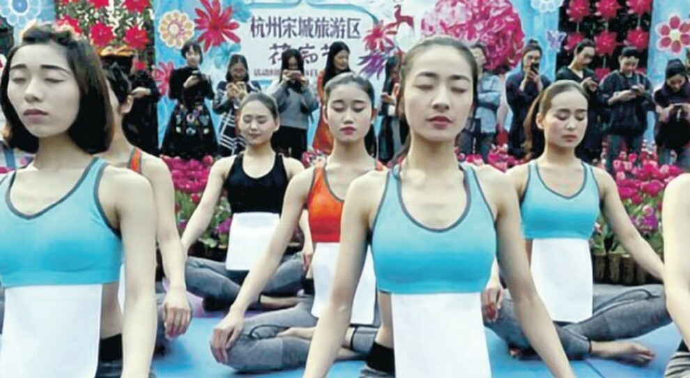 Magre come un foglio A4, la follia social delle cinesi. L'attrice Zhang in ospedale per un corpetto troppo stretto