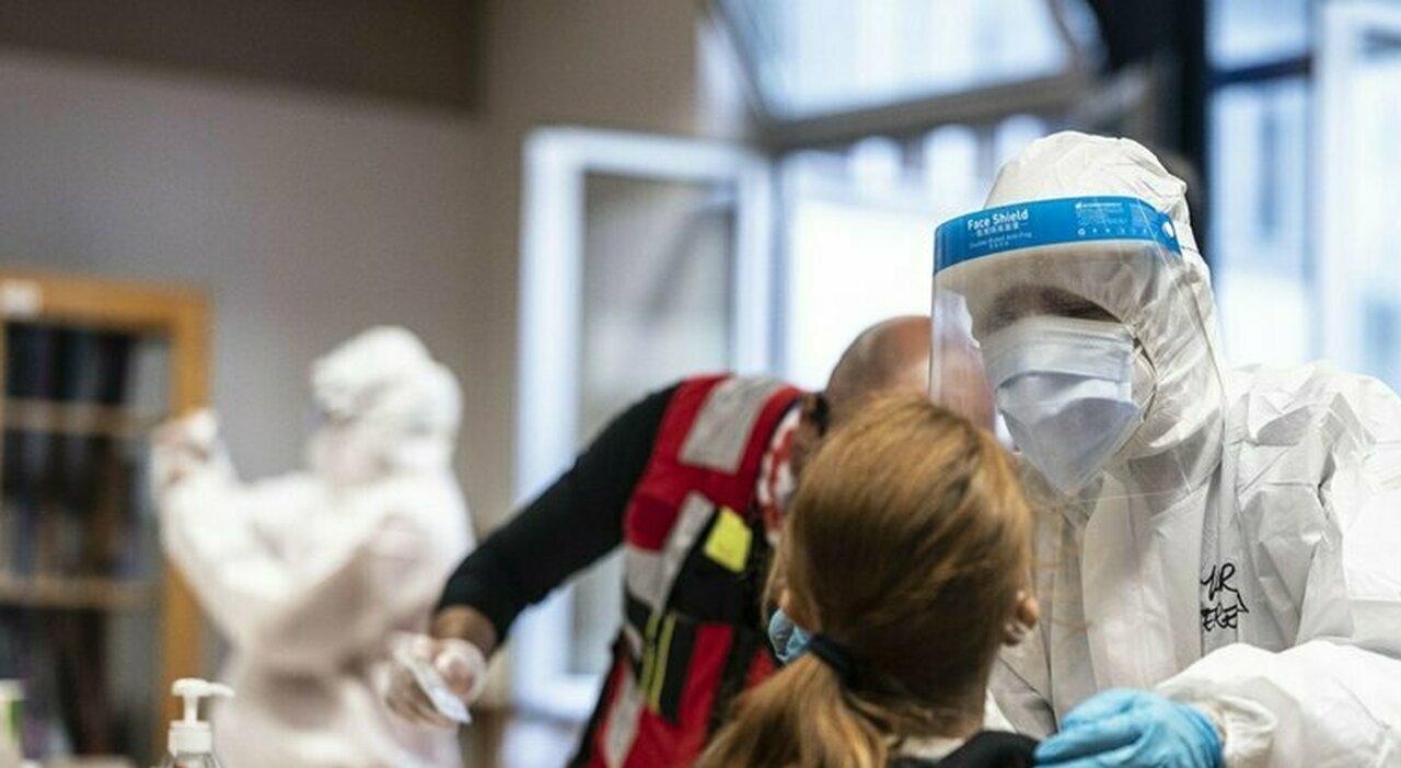 Covid, nei vaccinati positivi il virus «si ferma pochi giorni nel naso e non arriva ai polmoni»
