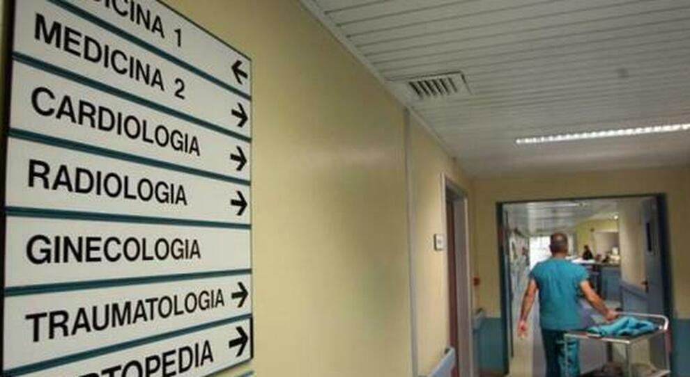 Roma, finto dottore molesta le pazienti minorenni e le filma di nascosto: accusato di violenza sessuale