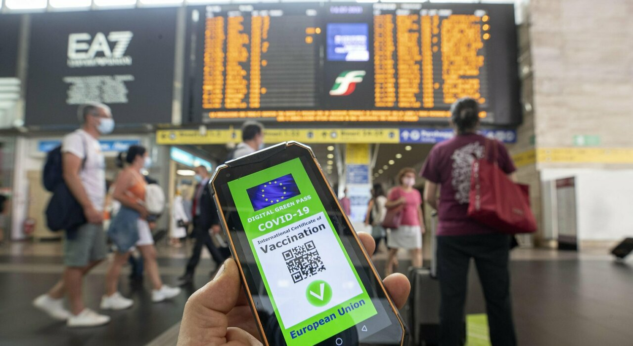 Green pass obbligatorio per turismo e svago, la road map dei tecnici. Picco di casi nel Lazio