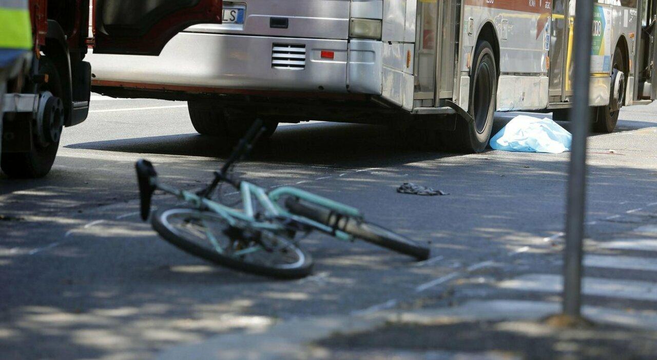 Roma, ciclista morì travolto da un bus. Autista assolto: «Nessun reato»