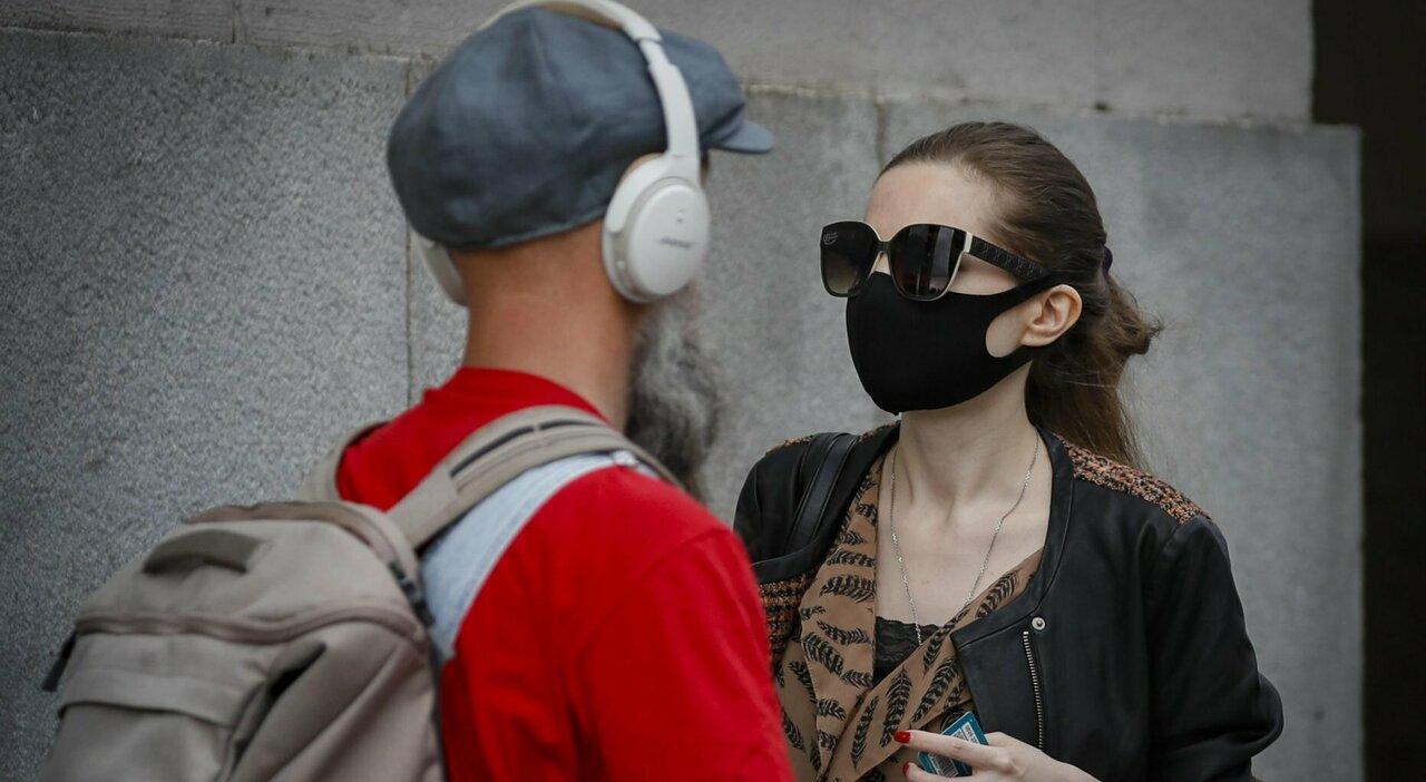 «Mascherine all'aperto non sono necessarie». Ecco quando è davvero utile coprirsi il volto