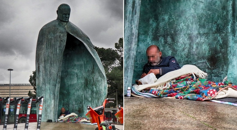 Termini, la statua di Giovanni Paolo II torna ad essere un rifugio per clochard