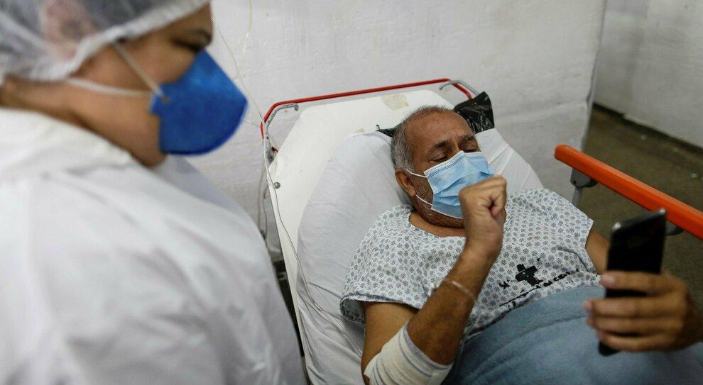 Covid in Brasile: ospedali al collasso, record di morti, vaccini a rilento. E le donne invitate a rinviare le gravidanze