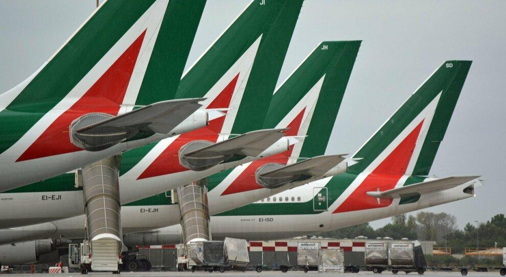 Alitalia, ora il carburante scarseggia: ma c è il piano per pagare gli stipendi