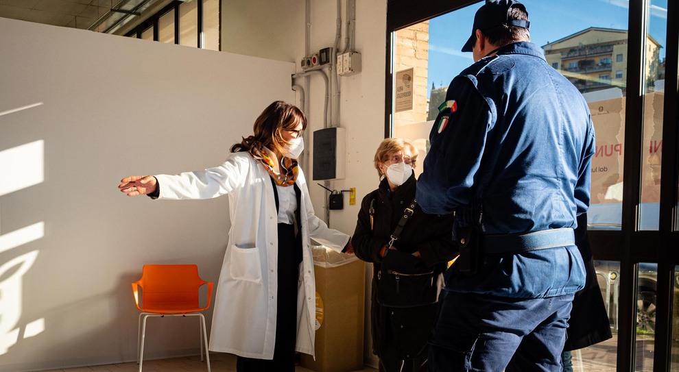 Volontari e addetti della Asl al centro vaccinale di Ponte d'Oddi a Perugia