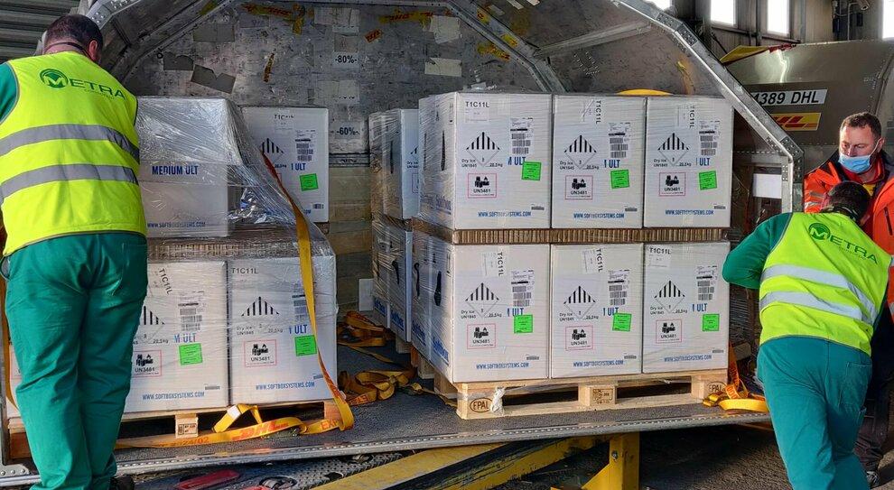 Vaccini, in arrivo 7 milioni di Pfizer: fiale aggiuntive coprono l alt di Johnson&Johnson. AstraZeneca, Ema pronta a rivedere la seconda dose