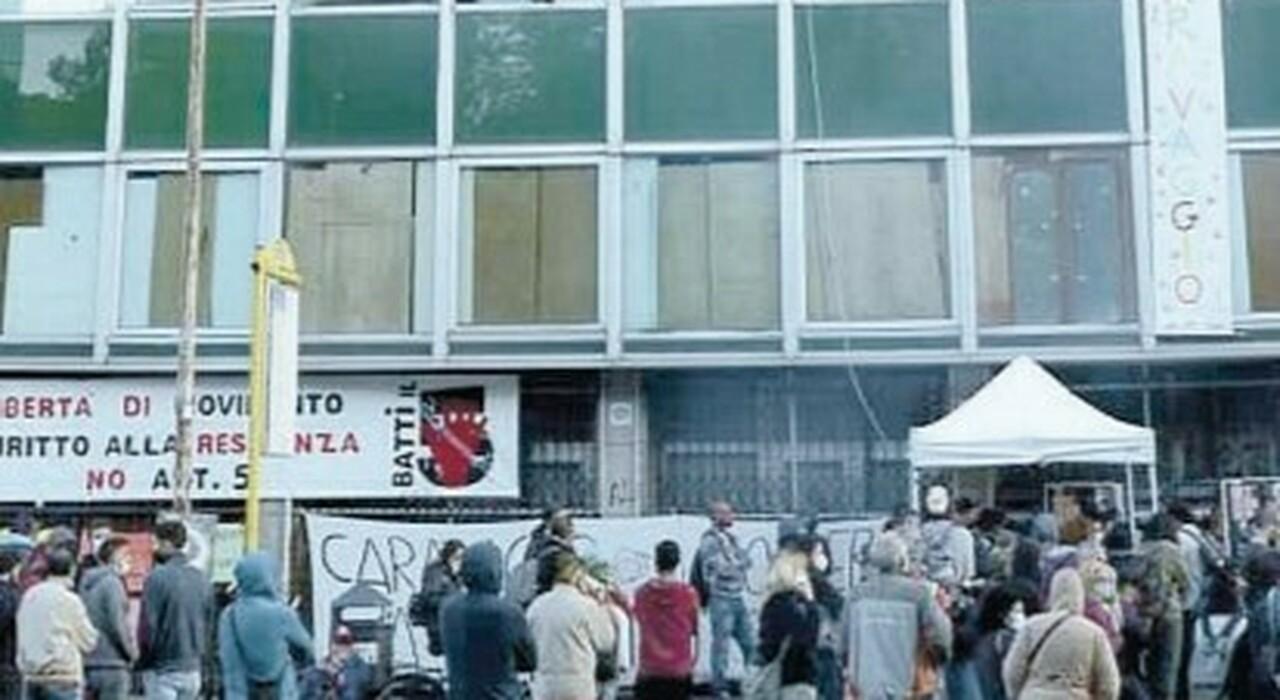 Roma, sgombero al Caravaggio. Il Campidoglio accelera: si tratta sul bonus affitti