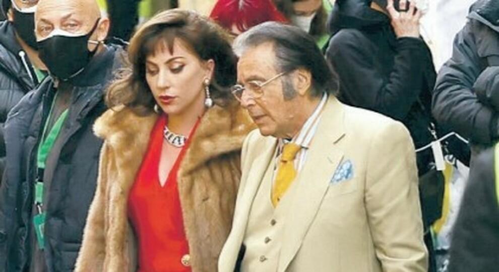 Lady Gaga gira a via Condotti il film sui Gucci, ciak da Paparazzi con Al Pacino