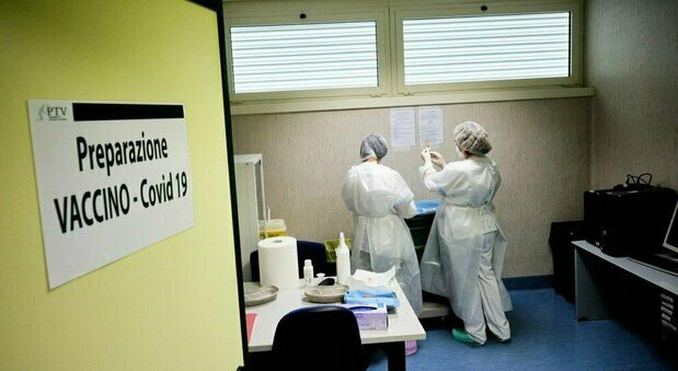 Vaccini, più effetti collaterali dopo Pfizer (81%) che Astrazeneca (17%): quali sono e perché avvengono