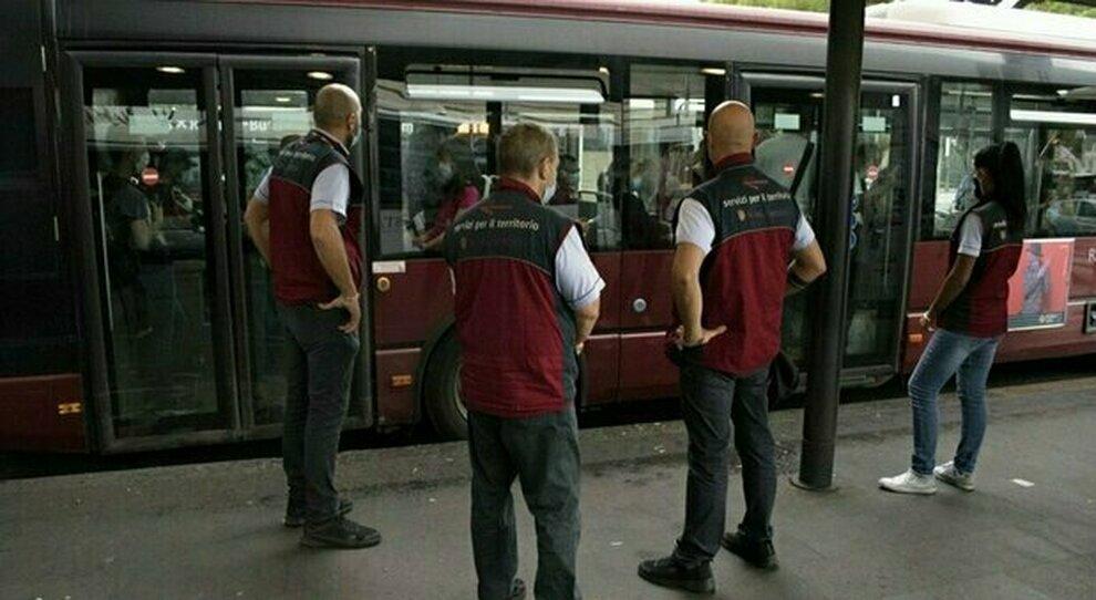 Atac, sugli autobus tornano i controllori: il 60 % dei passeggeri è senza biglietto