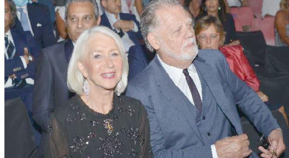 Helen Mirren con il marito Helen Mirren: «Il Covid ha segnato il pianeta». Poi l'appello per il suo Salento