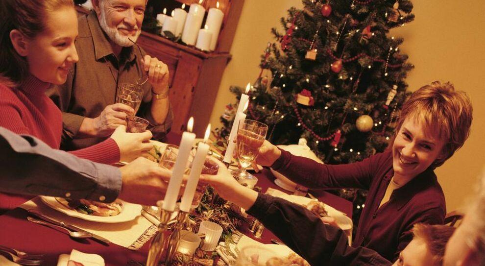 Natale, Faq: ecco cosa si può fare. A tavola al massimo in 6, niente cin cin e auguri al vivavoce