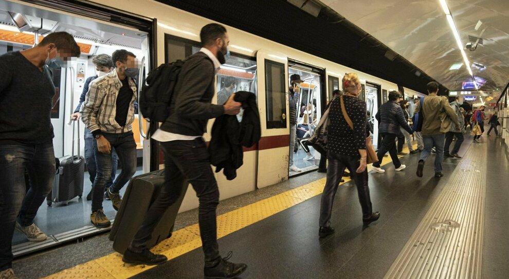 Covid, gli scienziati inglesi: «Trasporti pubblici luoghi più sicuri al mondo: meno interazioni e boom di mascherine»