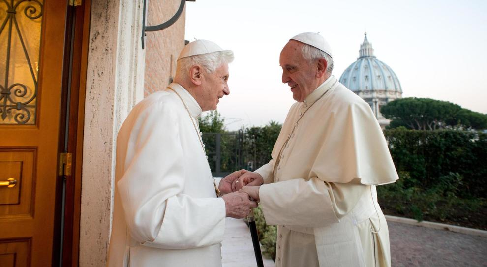 «Preti, celibato indispensabile». Ratzinger incalza Bergoglio