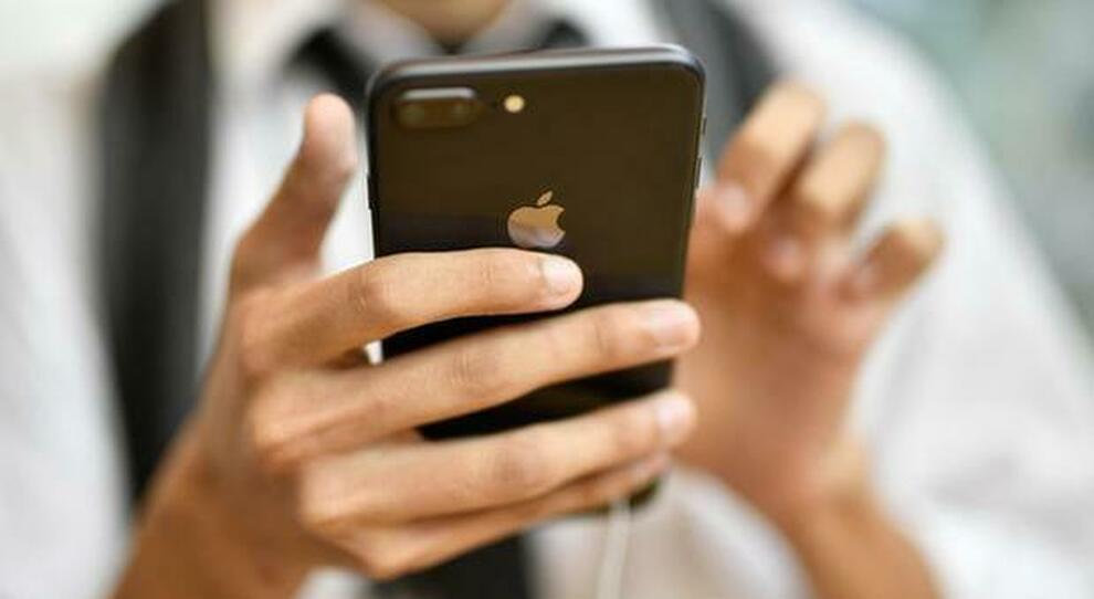 Covid: telefonini, bancomat e accendini accelerano la diffusione del virus. Ecco le regole da seguire