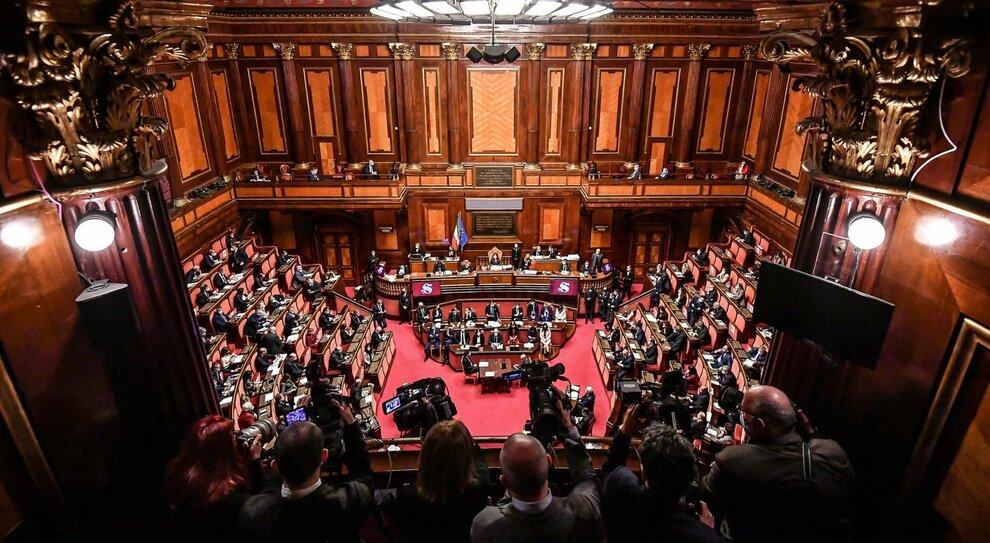 Crisi di governo, fiducia in Senato: al premier basta la maggioranza semplice per non cadere