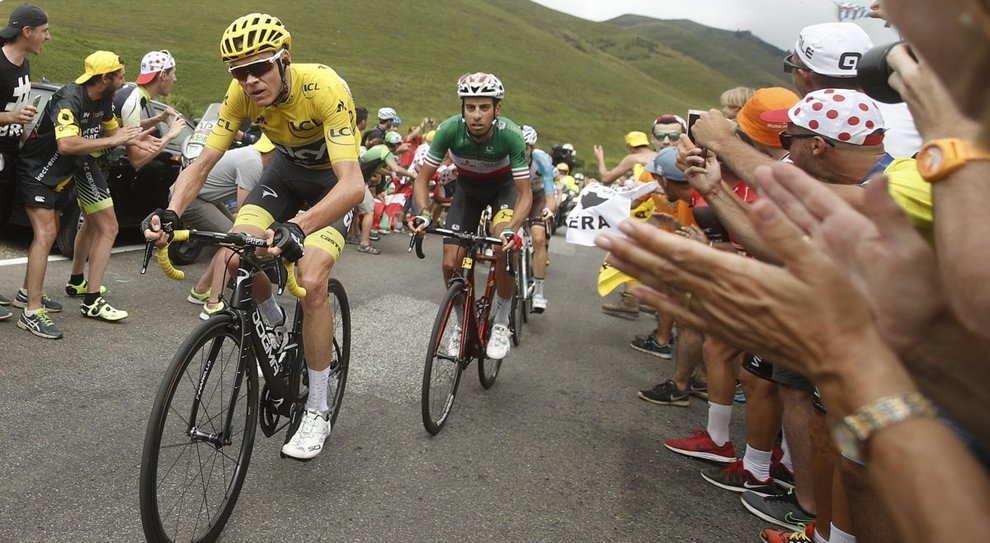 Chris Froome in maglia gialla in azione durante il Tour del 2007 poi vinto. Dietro di lui l'azzurro Fabio Aru