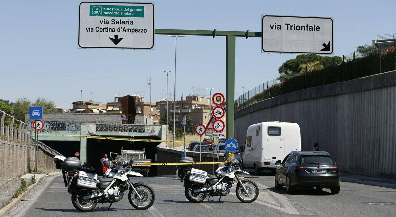 Roma, morto motociclista: incidente nella galleria Giovanni XXIII, il traffico va in tilt
