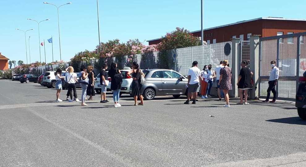 Gli studenti in attesa all'esterno della motorizzazione di Latina