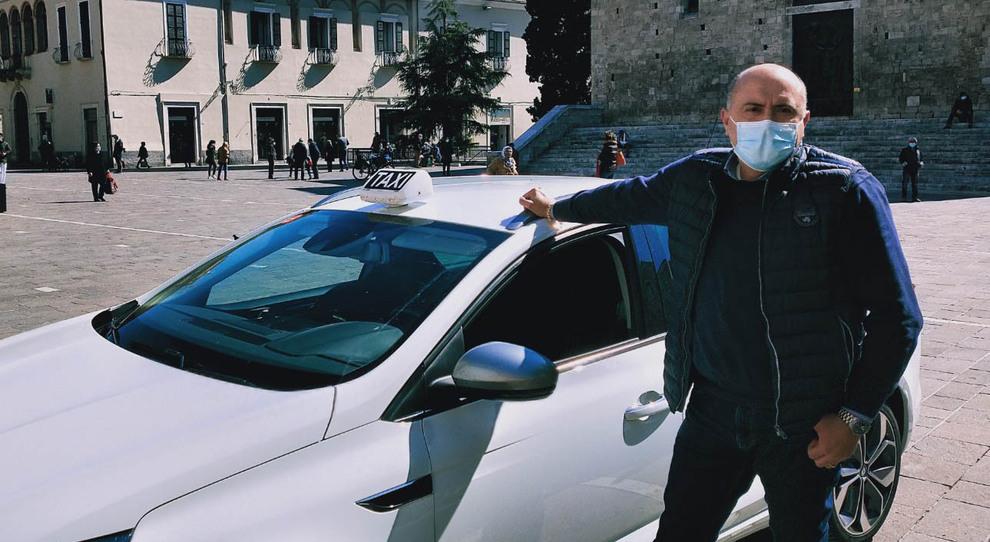 Il dramma di un tassista rimasto senza lavoro: «Chiudo la partita Iva, sono disperato»