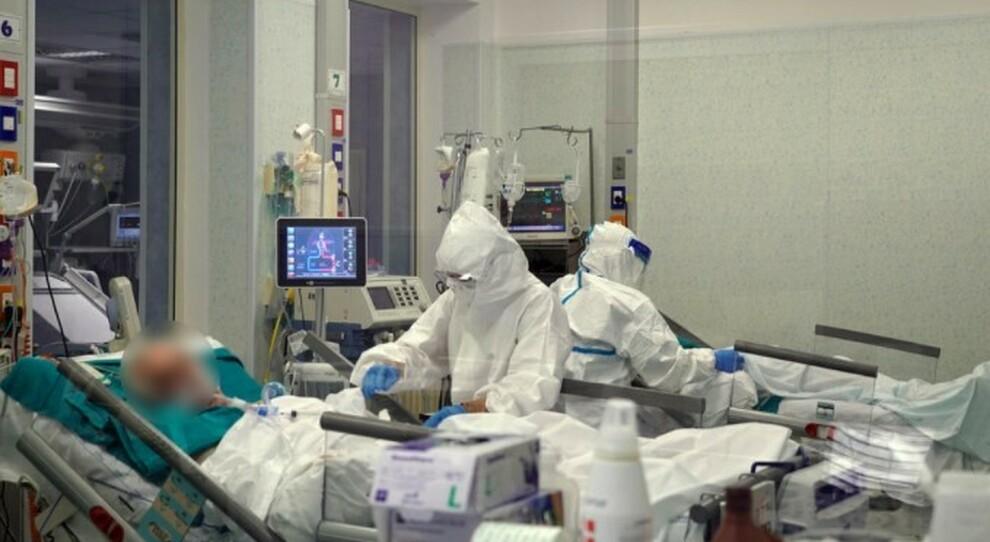 Infermieri no vax a Roma: infettati 27 anziani in una casa di riposo. Il titolare: «Non saranno licenziati»