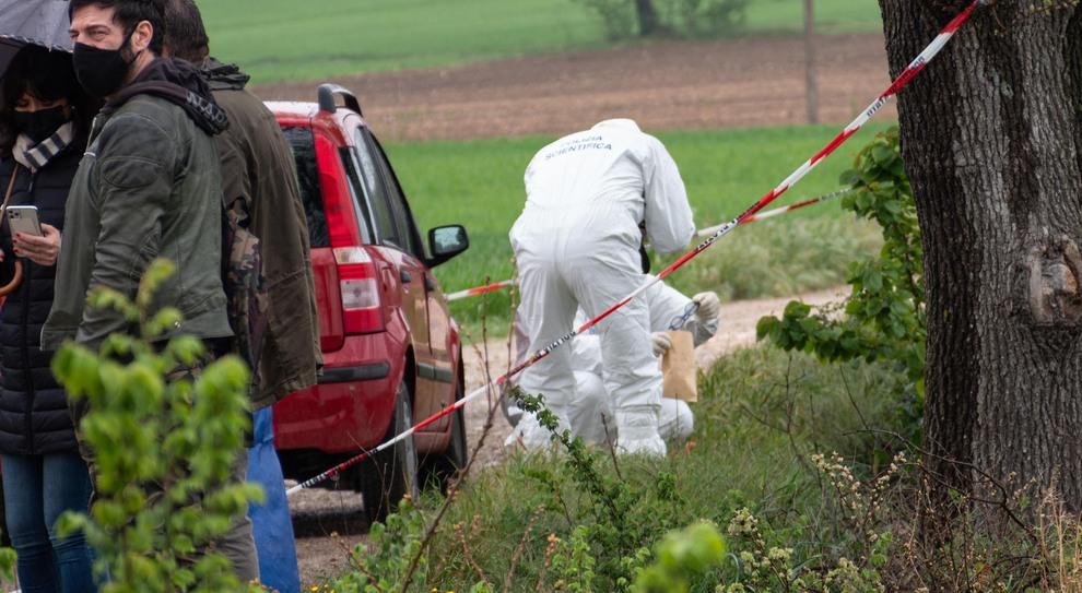 La polizia scientifica sul luogo del ritrovamento del corpo del giovane trovato morto in un fosso