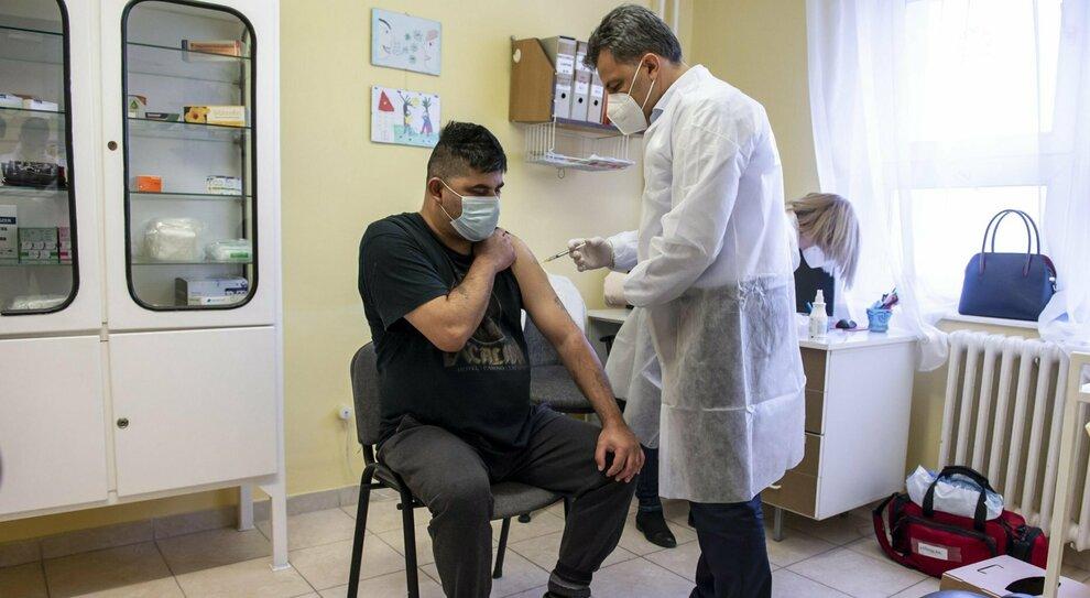 Vaccini, basta una sola dose «per chi ha avuto il Covid». La doppia ricerca sulla risposta immunitaria
