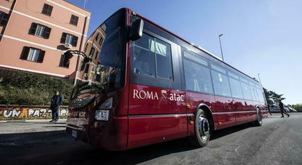 Roma, il trucco degli autisti Atac per lavorare meno: «Rallentiamo i bus»