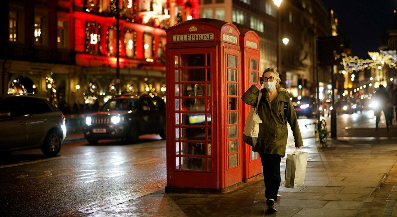 Gran Bretagna, Johnson pronto al passo indietro: «Mascherine e smart working in inverno se i casi di Covid risalgono»
