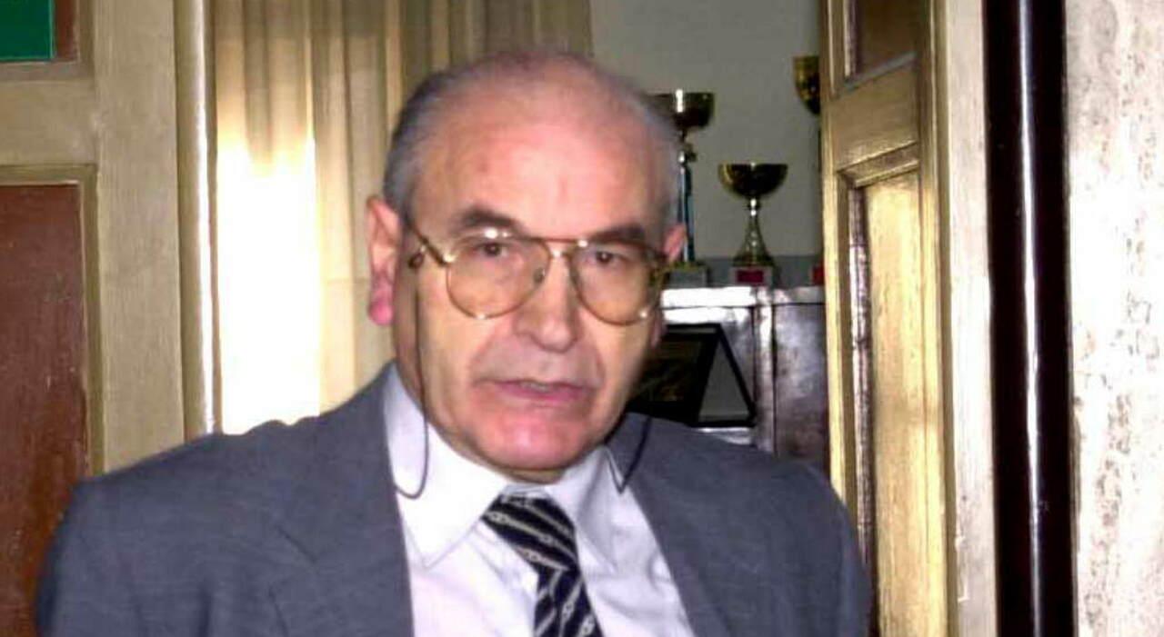 Claudio Palma quando era preside di liceo all'apice della sua carriere. Addio al professor Claudio Palma: nella bara la sciarpa dell'Inter e un libro di Pomilio arrivato troppo tardi