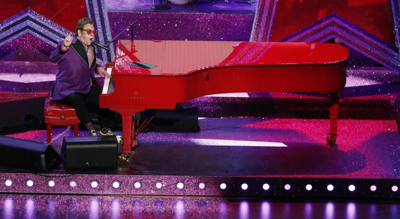 Elton John, brutta caduta e operazioni in vista: rinviate le date del tour di addio ai concerti. Ma sarà al Global Citizen Live