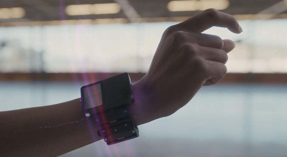 Facebook, un braccialetto prevedrà le nostre azioni e ci farà interagire con la realtà aumentata. Ecco come funziona