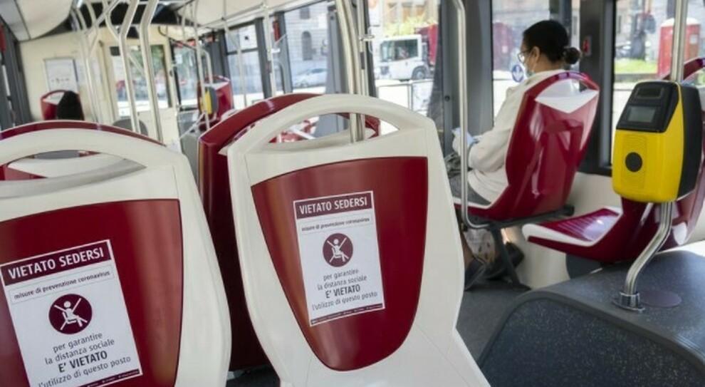 Covid, blitz dei Nas sui mezzi pubblici: trovati 32 casi di positività su bus e metro