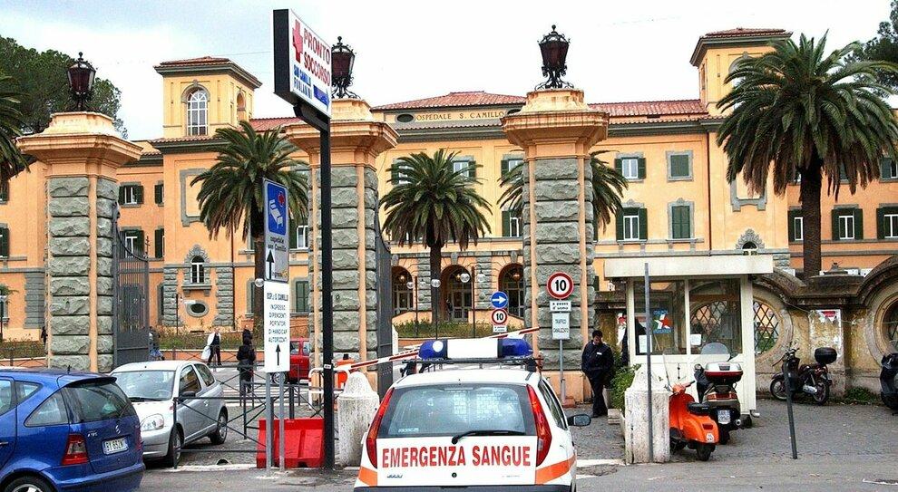 Covid Roma, morto un medico al San Camillo. L'Asl 5: «Bloccati i ricoveri»