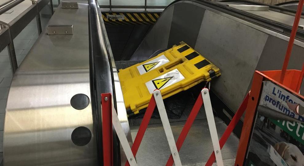 Metro A Roma, incubo scale e ascensori: impianti rotti in una stazione su 3