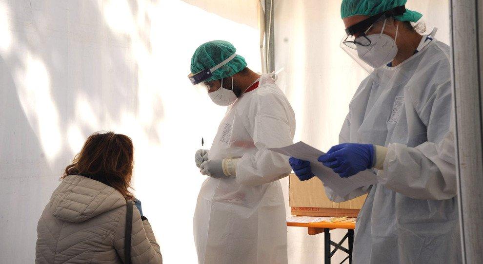 Covid Roma, la battaglia dei tamponi. Condomini contro medici: «Non li fate negli studi»