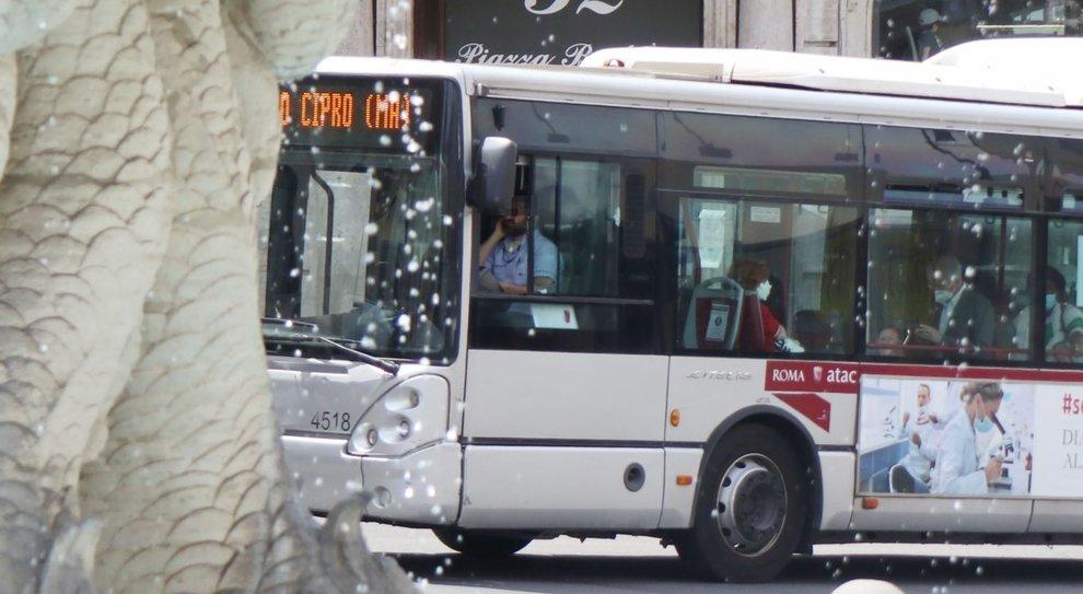 Atac, niente controllori, così sui bus si viaggia gratis: «Boom di ticket evasi»