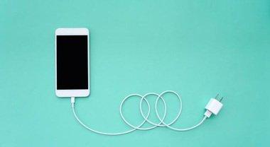 Smartphone e tablet, l'Europa ha deciso: tutti i telefoni devono avere lo stesso caricabatterie