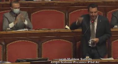 Salvini in Aula toglie la mascherina, Calderoli lo costringe a rimetterla
